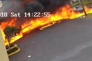 Máy bay nổ tung thành quả cầu lửa sau khi đâm vào tòa nhà