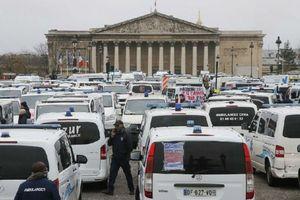 Tài xế xe cứu thương cũng biểu tình phản đối cải cách của Tổng thống Macron