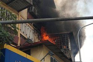 Khu nhà tập thể trên phố Tôn Thất Tùng bất ngờ bốc cháy giữa trưa