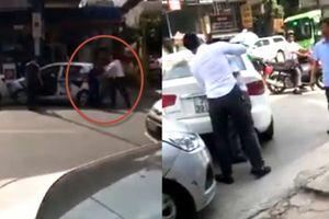 Lùi ô tô trúng taxi ở Hà Nội, côn đồ đập đầu tài xế gây bể kính xe