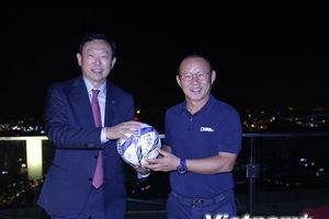 Ông Park Hang Seo tặng trái bóng đặc biệt cho chủ tịch tập đoàn Lotte