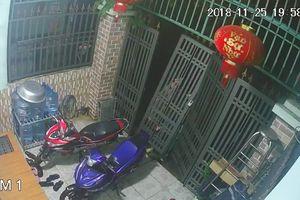 Trộm táo tợn nhấc cổng nhà, lẻn vào ăn trộm xe máy
