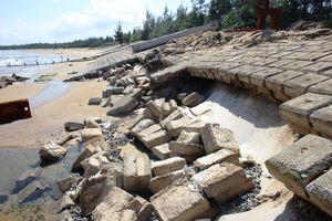 Quảng Nam: Kè dang dở, sóng lớn tiếp tục đánh tan hoang biển Tam Hải