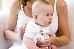 10 dấu hiệu cho thấy mẹ đã cho bé sơ sinh ăn quá no