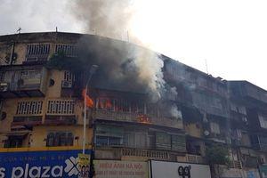 Hà Nội: Cháy lớn tại tập thể cũ trên phố Tôn Thất Tùng, người dân hoảng loạn tháo chạy