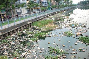 TP.HCM: Mỗi ngày vớt 30 tấn rác trên kênh rạch