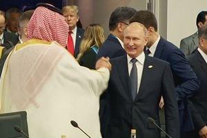 Điện Kremlin nói gì về pha đập tay chào hỏi 'lạ' của Tổng thống Putin?