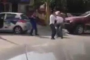 Va chạm giao thông, nam thanh niên đập đầu tài xế taxi vào đuôi xe làm vỡ kính