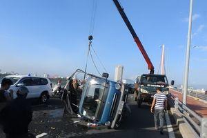 Lật xe tải chở trái cây trên cầu, tài xế nhập viện cấp cứu