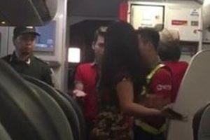 2 khách định đấm vào mặt tiếp viên trên máy bay từ TP HCM đi Vinh