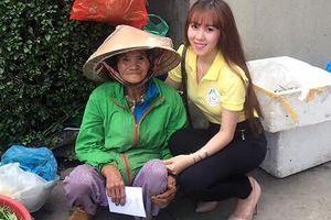 Á khôi Thanh Nga tặng quà cho các cụ già neo đơn