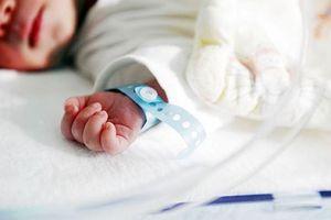 Bé sơ sinh 4kg hôn mê, liệt một tay do bác sĩ cho sản phụ sinh thường?