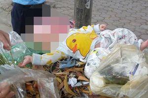 Hà Nội: Phát hiện một bé trai bị bỏ rơi trong thùng rác bên đường