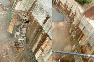 Clip xe tải rơi xuống hồ Thủy điện Long Tạo, tài xế chết thảm