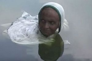 Mắc bệnh lạ, 'nàng tiên cá Ấn Độ' ngâm người cả ngày trong hồ hơn 20 năm