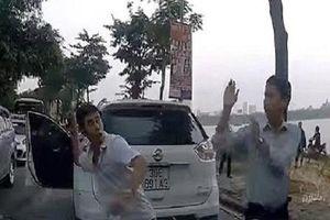 Sau va chạm giao thông, hai tài xế 'tỉ thí võ nghệ' giữa đường