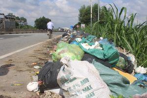 Quảng Ngãi: Rác thải bủa vây Quốc lộ 1A