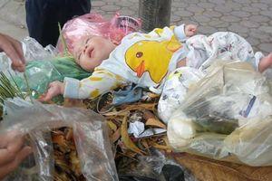 Hà Nội: Phát hiện bé trai sơ sinh bị vứt trong xe rác
