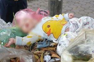 Hà Nội: Phát hiện bé trai kháu khỉnh bị bỏ rơi trong thùng gom rác