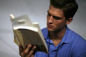 Thôi vùi đầu vào Facebook và lướt web, mỗi năm chúng ta có thể đọc 200 cuốn sách