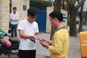 Vé mua online trận Việt Nam - Philippines được chuyển qua đường bưu điện đến tay người nhận