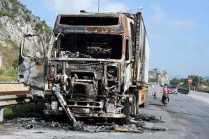 Xe container bị lửa thiêu rụi trong đêm