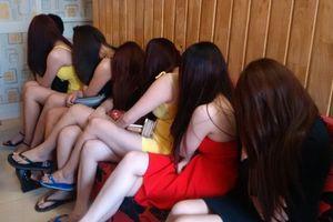 Nhóm bảo kê, nhốt nhân viên karaoke vào nhà nghỉ 'tiếp khách'