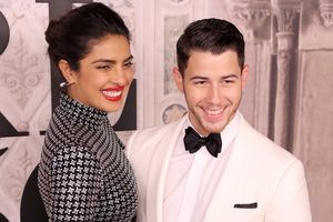 Nick Jonas nổi tiếng khắp Ấn Độ khi cưới hoa hậu hơn 10 tuổi