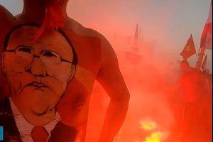 CĐV đua nhau đốt pháo sáng ngoài sân Mỹ Đình