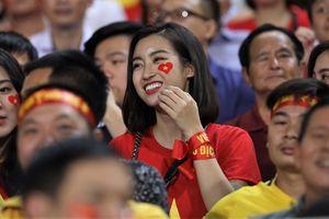 Hoa hậu Mỹ Linh rạng rỡ trên khán đài cổ vũ tuyển Việt Nam