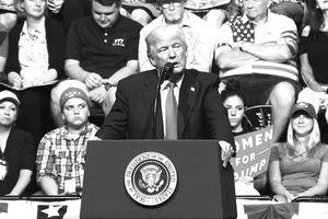 Tiết lộ mới từ Nhà Trắng: Có âm mưu ám sát Tổng thống Trump bằng xe nâng hàng