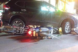 Đọc gì hôm nay 6/12: Ô tô 'điên' gây tai nạn, 4 người bị cuốn vào gầm