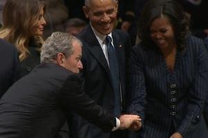Khoảnh khắc gây chú ý của cựu Tổng thống Bush 'con' trong tang lễ cha