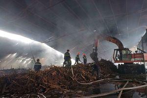 Nhà xưởng chứa viên nén sinh học cháy gần 15 giờ