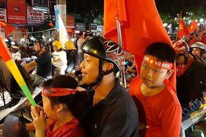 Cả nước xuống đường mừng tuyển Việt Nam vào chung kết AFF Cup