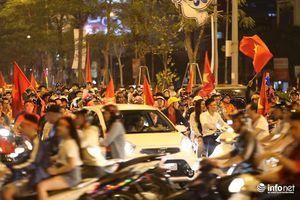 Người dân khắp 3 miền đổ ra đường mừng tuyển Việt Nam chiến thắng