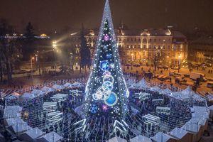 Cây thông Giáng sinh ngoạn mục chiếu sáng đến 5km tại Lithuania