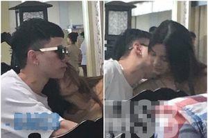 Lan truyền hình ảnh Hoàng Tôn cổ đầy dấu hôn, 'khóa môi' bạn gái cuồng nhiệt tại sân bay như chốn không người