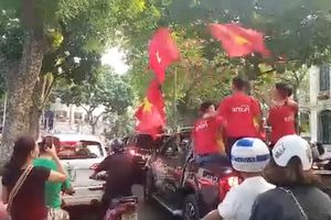 Cờ cổ vũ đội tuyển bóng đá Việt Nam bắt đầu 'nhuộm đỏ' đường phố