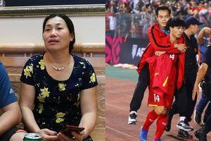 Mẹ Văn Toàn tiết lộ chấn thương của con trai trước trận bán kết lượt về với Philippines