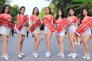 Dàn Hotgirl xinh đẹp tặng người hâm mộ áo cổ vũ tuyển Việt Nam trước giờ G