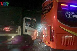 Người phụ nữ nghi lao vào xe khách tự tử trên Quốc lộ 13