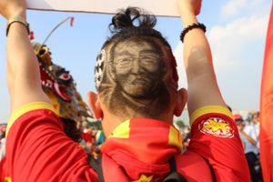 CĐV đội đầu rồng, vẽ hình HLV Park Hang-seo lên đầu nhảy múa cổ vũ tuyển Việt Nam