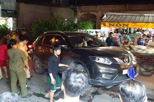 TP.HCM: Ô tô 'điên' tông hàng loạt xe máy, cuốn 1 trẻ em và 3 người lớn vào gầm
