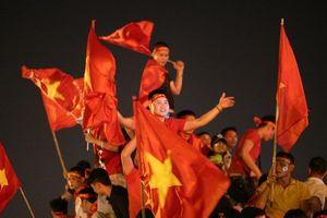 Việt Nam vào chung kết, 'biển người' khắp cả nước xuống đường ăn mừng