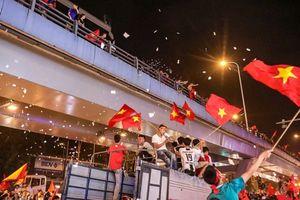'Bão tuyết' bất ngờ xuất hiện trên đường phố Hà Nội hòa cũng cơn 'bão' người hâm mộ