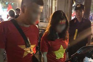 Tạm giữ đôi nam nữ mang hàng chục quả pháo sáng 'đi bão' mừng tuyển Việt Nam thắng Philippines