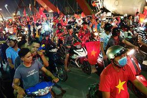 Người Sài Gòn 'đi bão', ôtô và container đứng bánh trên cầu Bình Lợi