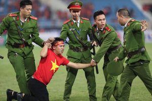 CĐV chạy vào sân Mỹ Đình để thể hiện tình cảm với ĐT Việt Nam