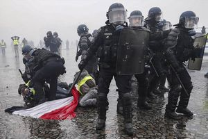 Pháp tung tổng lực cảnh sát trấn áp bạo loạn phe Áo gile vàng